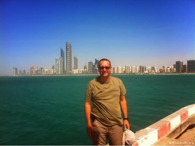 Blumi vor der Skyline Abu Dhabis